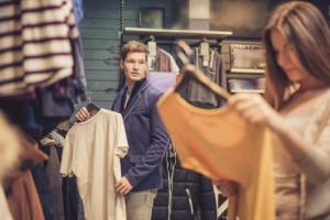 Frau beim Shoppen ansprechen