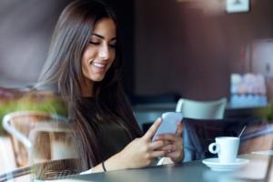 Frau im Cafe ansprechen, die beschäftigt ist
