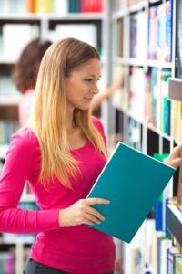 Frau in Buchhandlung ansprechen