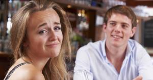 Schüchterner Mann versucht mit Frau zu sprechen.